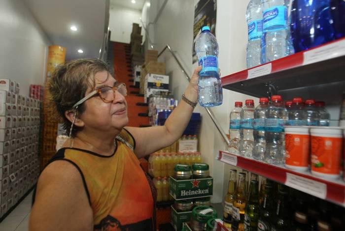 """Glaucia Alves confessa que compra até mesmo as águas de marcas desconhecidas. """"É melhor do que tomar a água da Cedae"""", afirma"""