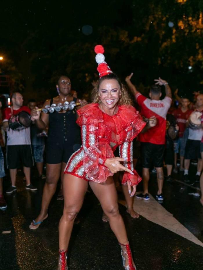 Viviane Araújo se fantasia de palhaça em ensaio do Salgueiro