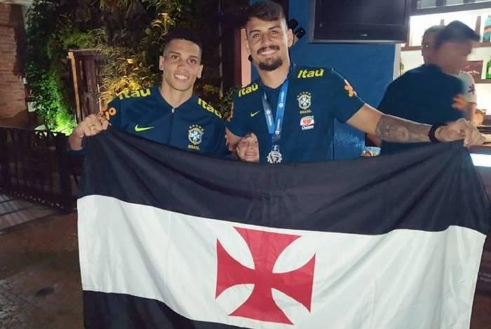 Paulinho (E) e Ricardo Graça (D), da Seleção Pré-Olímpica do Brasil, posam com a bandeira do Vasco