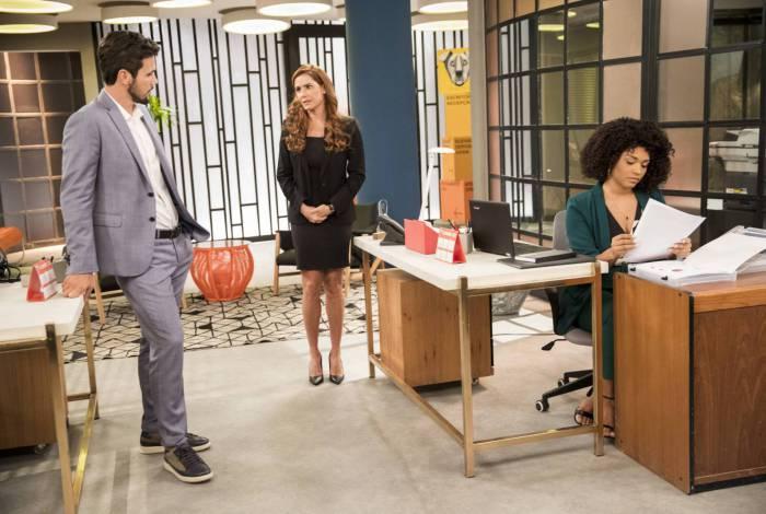 Rafael (Bruno Ferrari) contrata Alexia/Josimara (Deborah Secco), em Salve-se Quem Puder