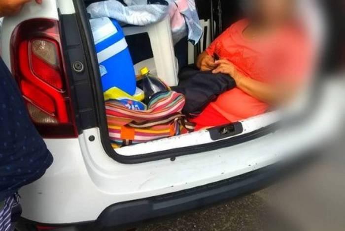 Homem carrega a própria sogra no porta-malas do carro