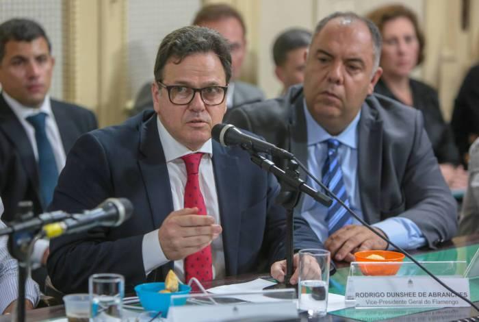 Rodrigo Dunshee de Abranches, observado por Marcos Braz (ao fundo), dá suas explicações na CPI