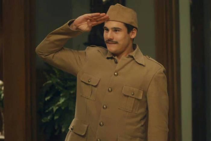 Alfredo (Nicolas Prattes) surge fardado e faz promessa à Lola (Gloria Pires) em 'Éramos Seis'