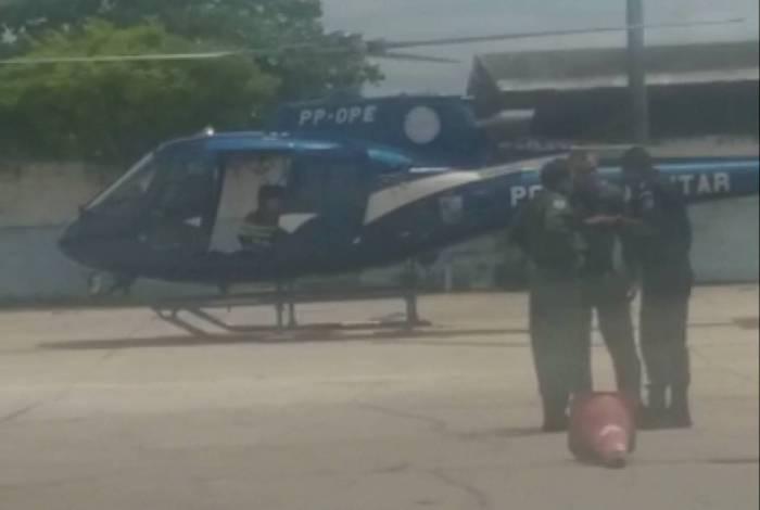 O helicóptero usado para socorrer o PM no pátio do 41º BPM (Irajá)