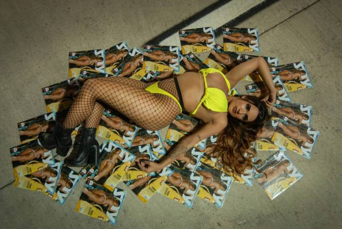 Yanna Oliveira posa sensual para comemorar recorde de vendas de revista pôster