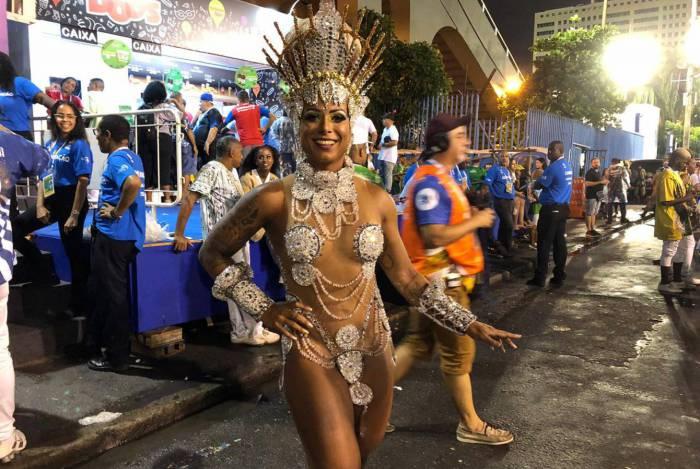 Monika Nascimento, rainha de bateria da Acadêmicos da Rocinha