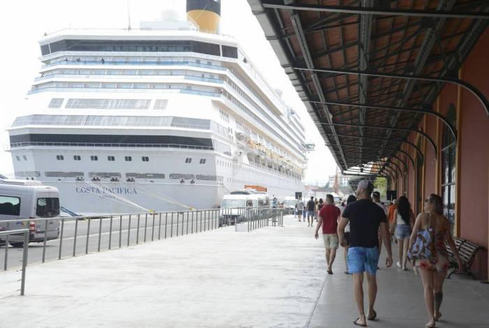 Turistas chegam em transatlânticos no Píer Mauá na maior temporada de cruzeiros dos últimos 20 anos.