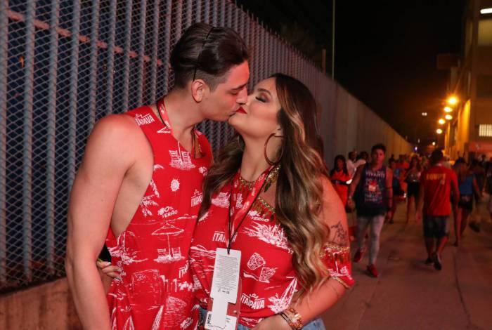 Suzanna, filha de Kelly Key, curte carnaval na Sapucaí como namorado Gabriel Simões