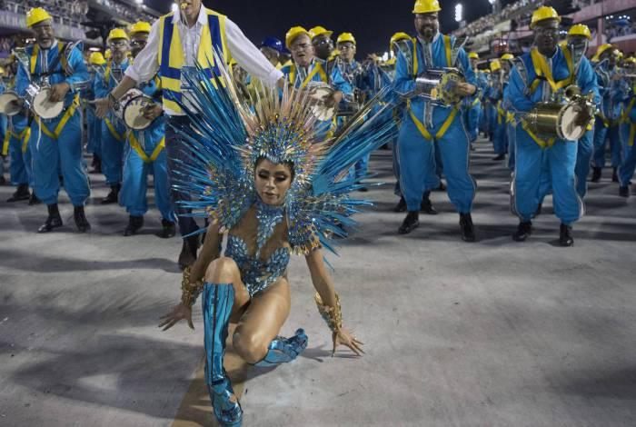 Rainha de bateria, Lexa cai durante desfile da Unidos da Tijuca