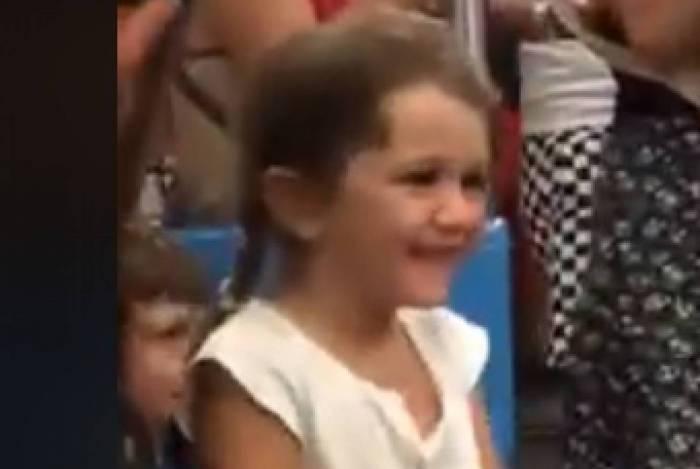 Criança se diverte cantando Baby Shark no Carnaval