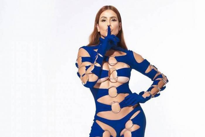Deborah Secco posa com macacão sexy