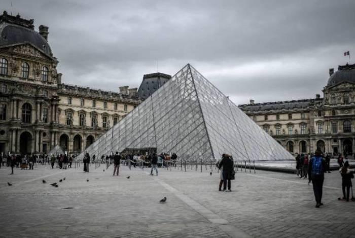 O Museu do Louvre está fechado por causa da pandemia de coronavírus