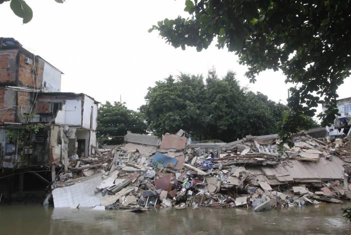 Casas desabaram em Jardim América. Moradores conseguiram deixar as residências antes de tudo vir abaixo
