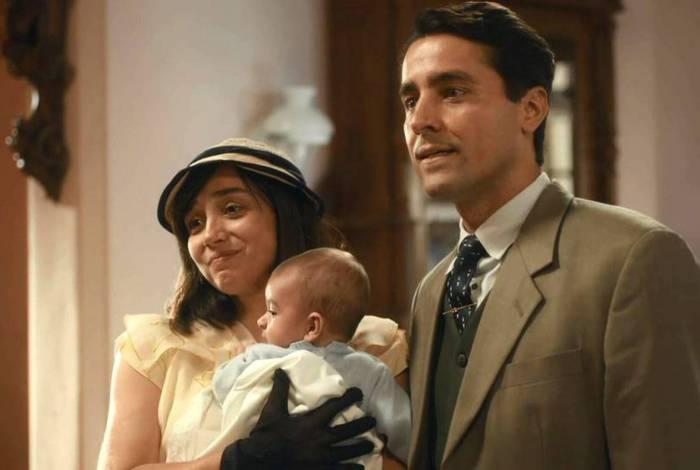 Clotilde (Simone Spoladore) e Almeida (Ricardo Pereira) buscam o filho em 'Éramos Seis'