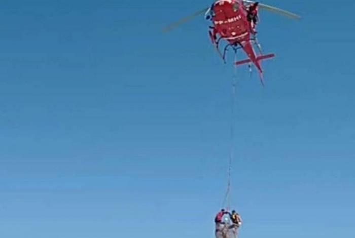 Helicóptero resgata banhistas em mar agitado em Ipanema