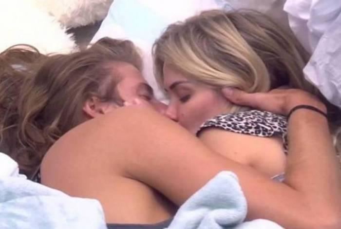 Marcela e Daniel dão amassos embaixo do edredom na madrugada
