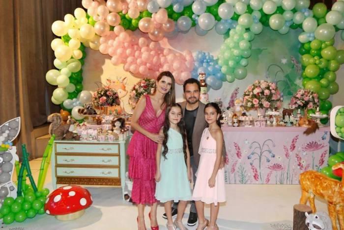 Luciano e Flávia Camargo comemoram o aniversário das gêmeas Isabella e Helena com festão em São Paulo
