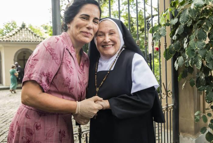 Sem ter onde morar, Lola (Gloria Pires) será recebida pela Madre Joana (Nicette Bruno) ao chegar no asilo
