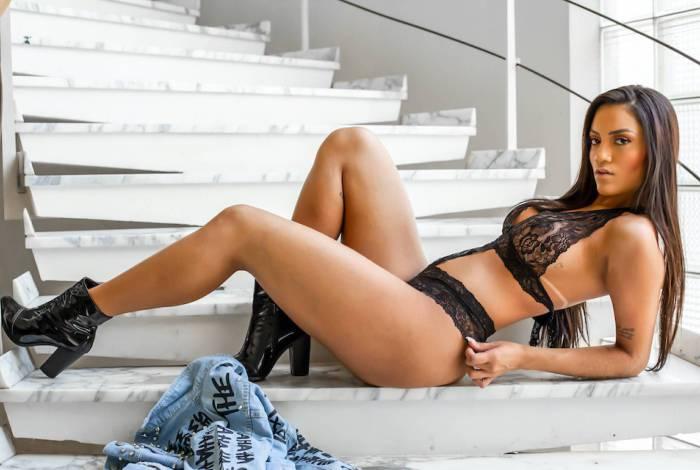 Amanda Souza é 'A Gata da Hora'