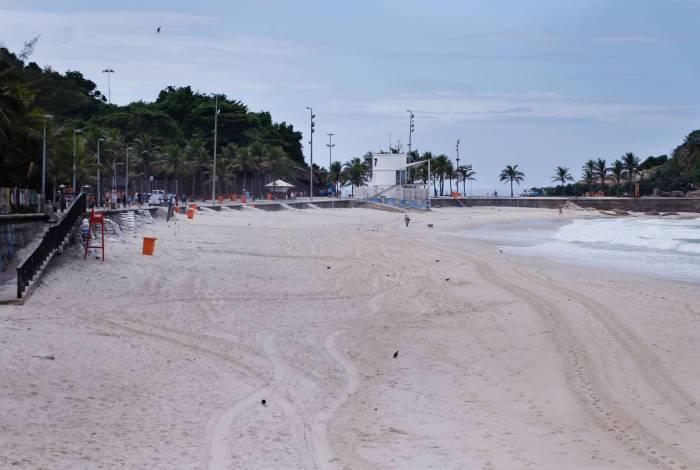 Clima tempo. Movimentacao reduzida em praias da Zona Sul, na manha deste domingo (22). Praia do Arpoador vazia.