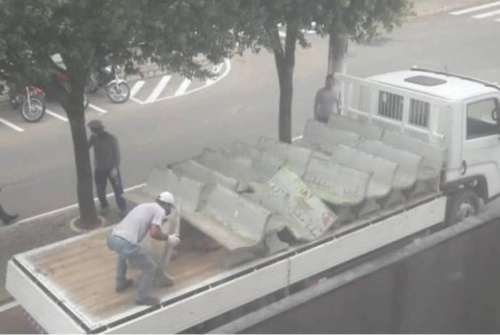 Prefeitura no Espírito Santo retira bancos de concreto para evitar reuniões de idosos