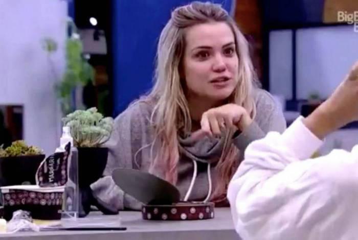 Marcela critica a amiga Gizelly em conversa com Flay e Manu