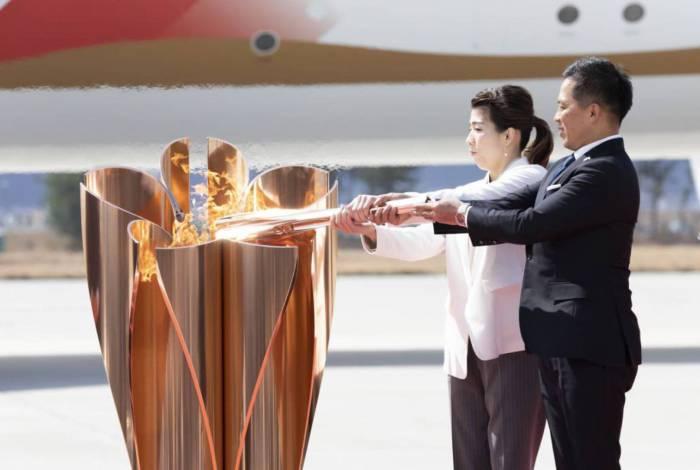 Aposentados, os tricampeões olímpicos Saori Yoshida (luta olímpica) e Tadahiro Nomura (judô) acenderam a pira em Tóquio
