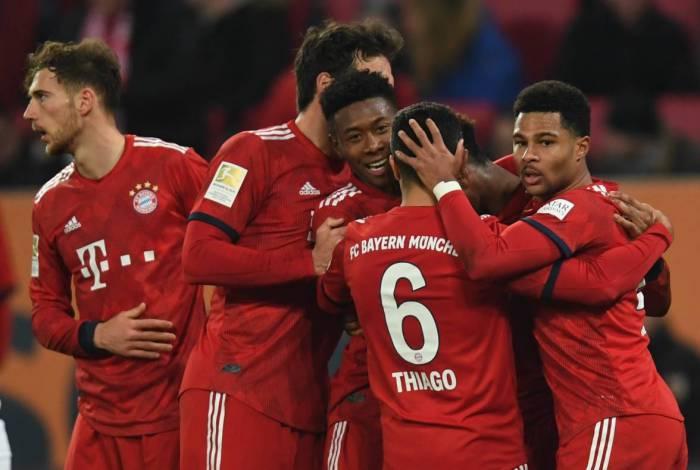 O meia Leon Goretzka (E) é um dos jogadores do Bayern de Munique, da Alemanha, a fazer doações para o combate à Covid-19
