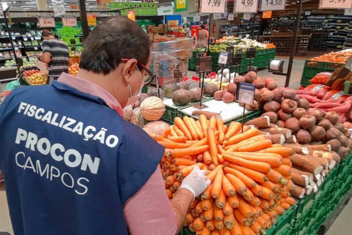 Fiscais do Procon de Campos notificaram seis lojas de várias redes de supermercado por aumento abusivo de preços