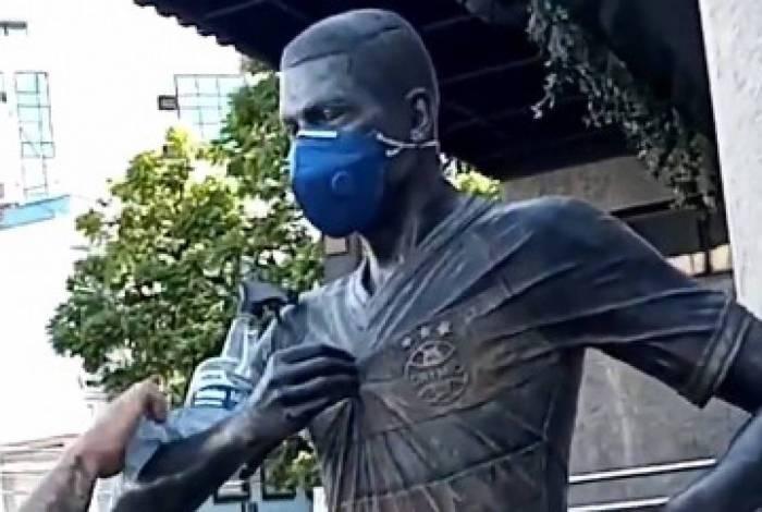 Estátua de Pedro Rocha, atacante do Flamengo recebe cuidados contra o coronavírus