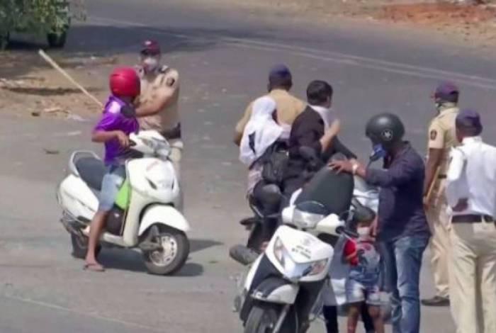 Coronavírus: Polícia da Índia agride pessoas que desrespeitam confinamento