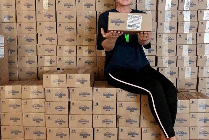 Xuxa posa para foto com as caixas dos 300 mil sabonetes que serão doados para as comunidades carentes