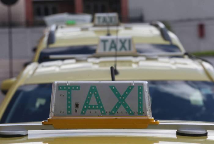 Rio,24/03/2020-VILA DA PENHA, Carioca Shopping, Taxistas fazem fila à espera de clientes,na foto. fila de taxis  .Foto: Cleber Mendes/Agência O Dia