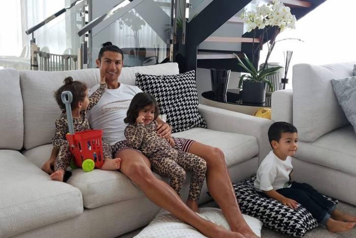 Cristiano Ronaldo posa com os filhos em casa