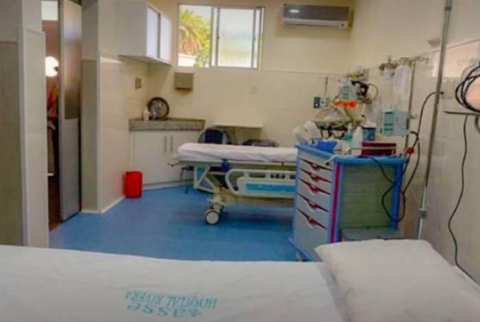 Paciente com Covid-19 tosse de propósito em auxiliar de limpeza depois de assediá-la