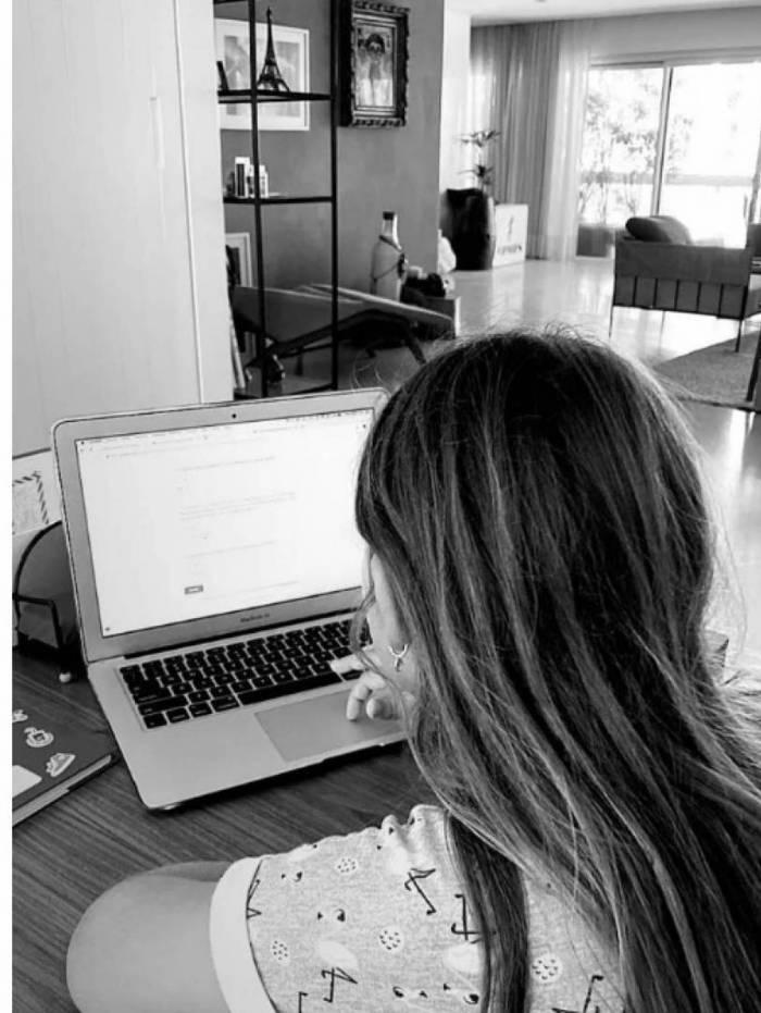 Grazi publica foto da filha estudando e internautas notam a presença de Caio Castro