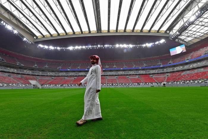 Catari passeia pelo gramado do estádio Al Baytm em Doha