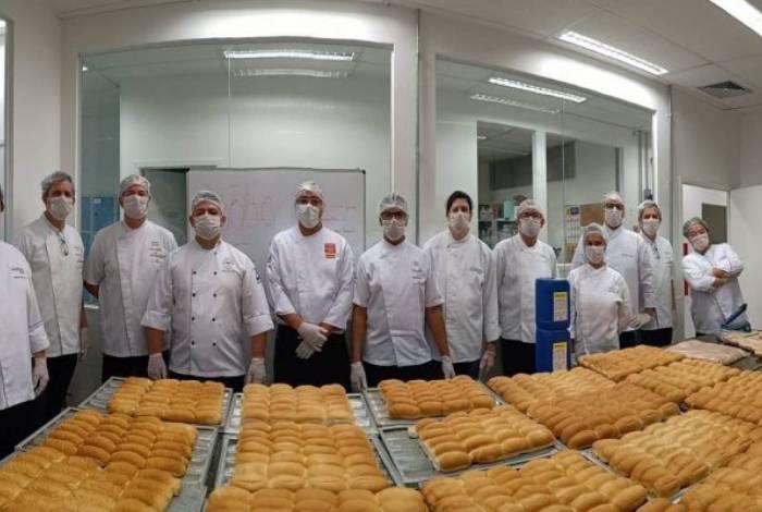 Padeiros doam pães