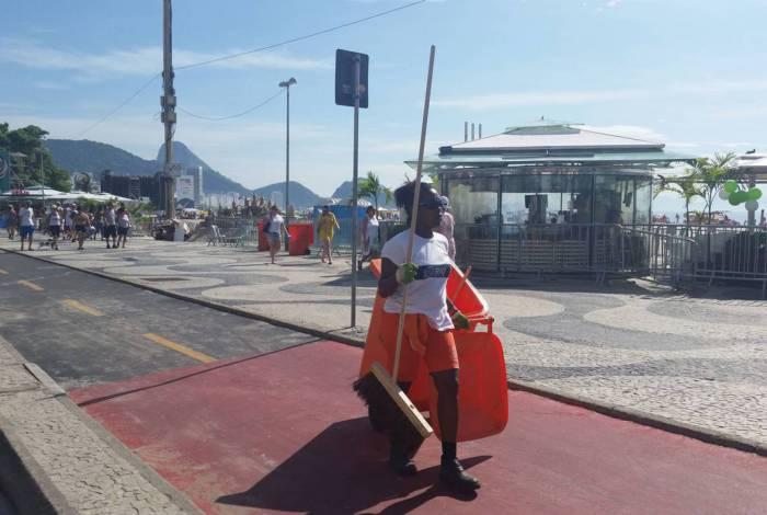Rio de Janeiro - A Comlurb, empresa responsável pela coleta de lixo no Rio, recolhe o lixo após a festa da virada do ano