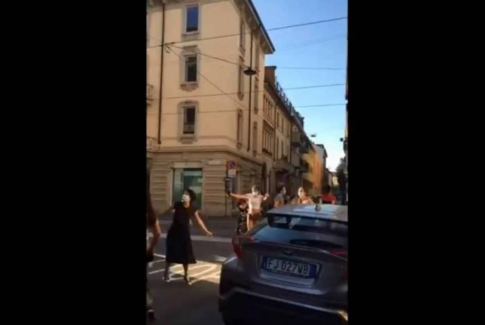 Pessoas dançam nas ruas de Milão comemorando o fim da quarentena; vídeo