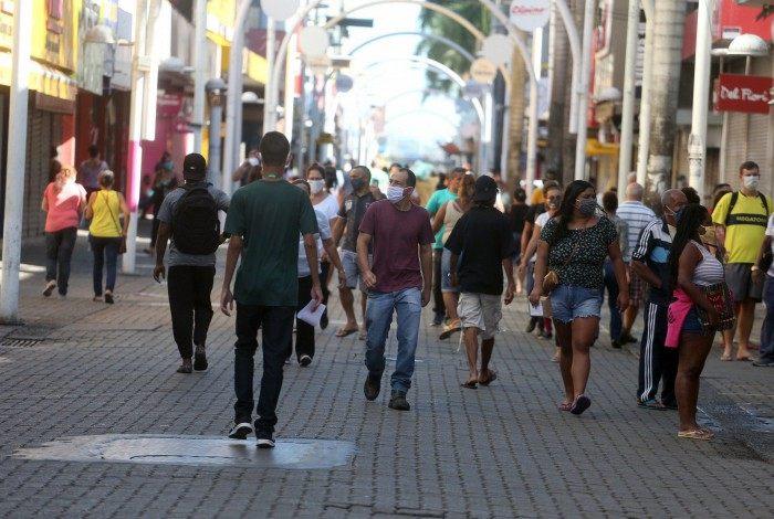 Com a flexibilização do comércio, no calçadão de Nova Iguaçu a movimentação de pessoas é grande. Maioria usa máscara, mas muitos se arriscam sem proteção