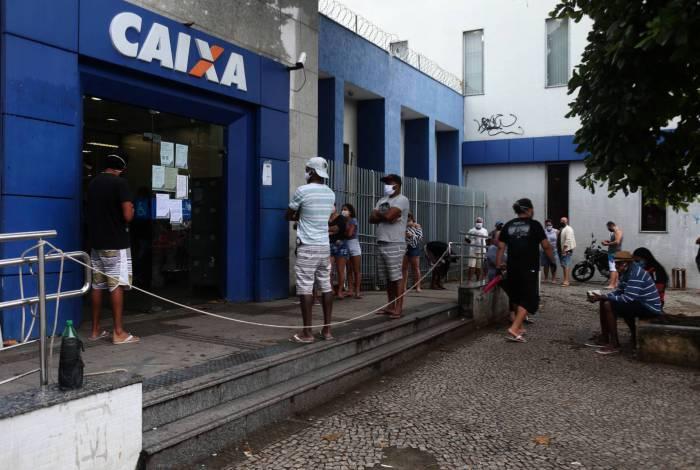 Filas em bancos da Caixa Econômica Federal para retirada dos R$ 600