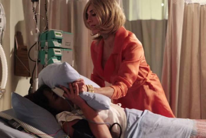 Tereza Cristina vai ao hospital e sufoca Marcela até a morte