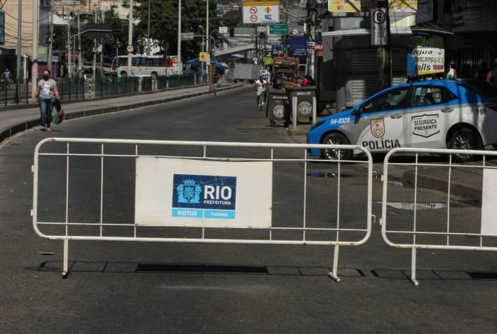 Barreiras com grades na Rua Edgard Romero, em Madureira