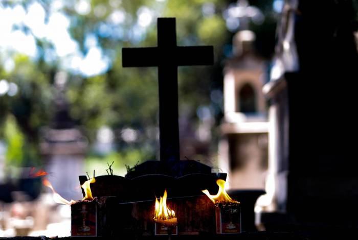 Homem se veste de mulher para invadir cemitério e violar túmulo de desafeto