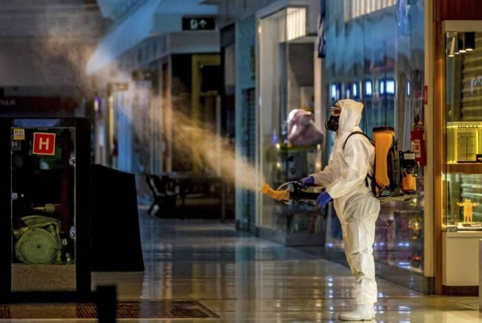 Funcionário desinfeta um shopping em Caxias do Sul