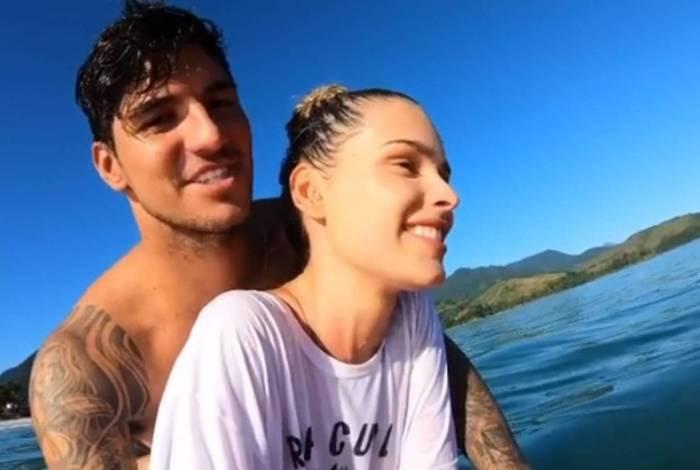 Gabriel Medina e Yasmin Brunet surfam em Maresias