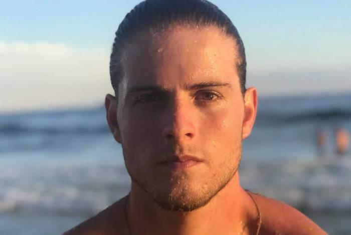 O ex-BBB Daniel Lenhardt, de 22 anos, está passando o período de isolamento com os dois irmãos, Tadeu (gêmeo) e Tomás, em uma casa em Nova Friburgo