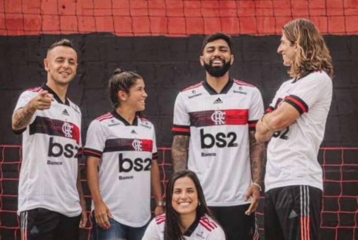 Rafinha, Gabigol e Filipe Luís posam como as novas camisas