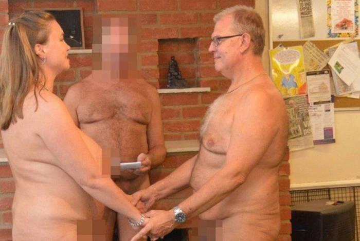 O casal fez a cerimônia com roupas e sem, encontrando um juiz de paz que topasse casá-los nus